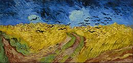 Una pintura expansiva de un campo de trigo, con un sendero que atraviesa el centro bajo cielos oscuros e imponentes, por donde vuela una bandada de cuervos negros.