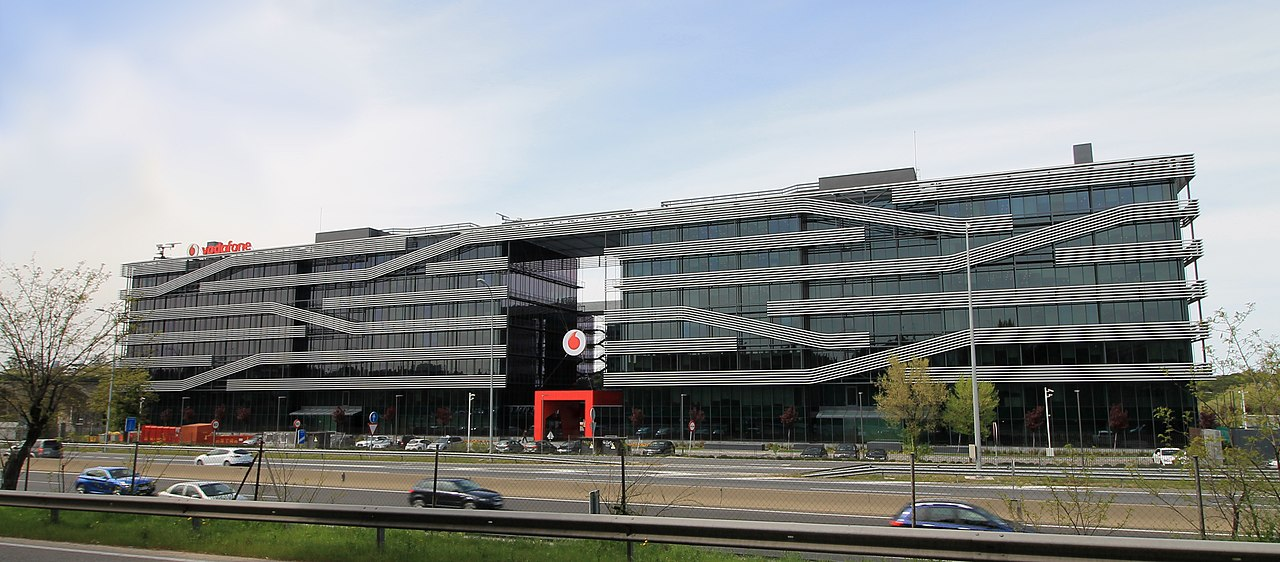 Fil vodafone offices av am rica 115 madrid wikipedia - Oficinas vodafone madrid ...