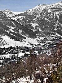 Vue du chemin du Puy Chirouzan hameaux de Villeneuve et de la Salle commune de la Salle les Alpes.jpg