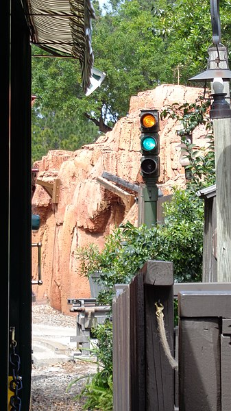 File:WDWRR - Frontierland Station Block Signal Light.jpg