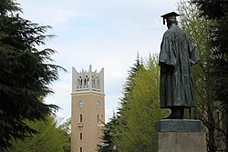 Waseda University - Okuma Statue and Okuma Auditorium.JPG