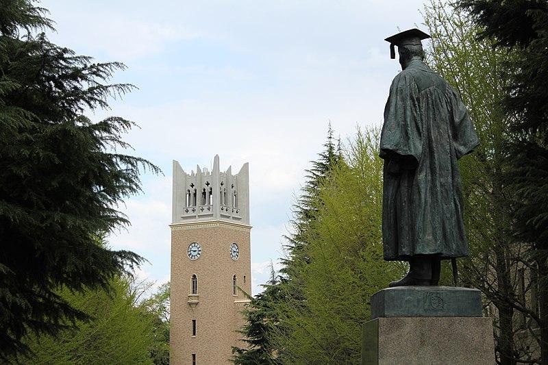 File:Waseda University - Okuma Statue and Okuma Auditorium Yuzuru Hanyu si laurea