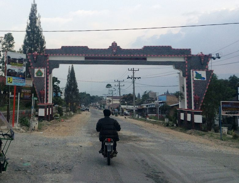 File:Welcome Gate To Pasar Pangururan, Pangururan, Samosir (1).JPG