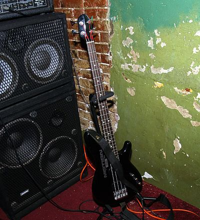 A bass amp head used with two speaker cabs, with each cabinet containing two loudspeakers and a high frequency horn. Yamaha MBII Motion Bass.jpg