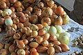 Zwiebeln auf Marktstand.jpg