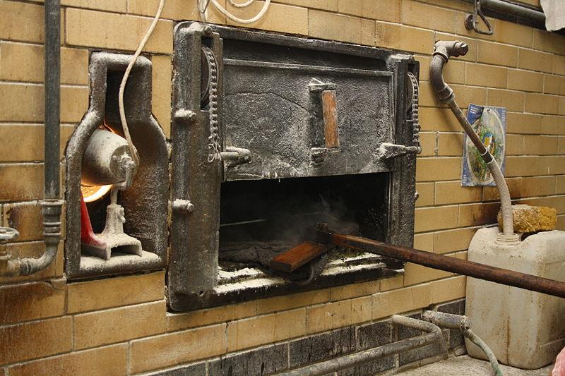 File:Čištění pece po pečení chleba.JPG