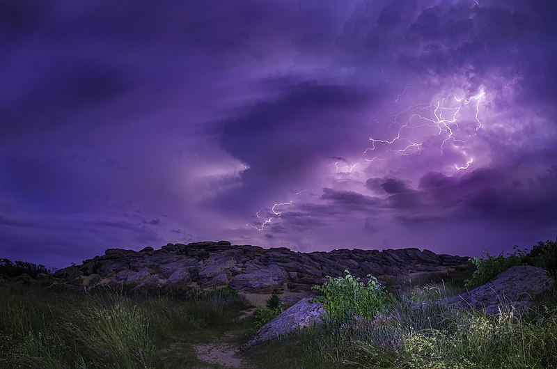 File:Молния на Каменной могиле.jpg