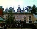 Монастирський храм над входом у печери.jpg