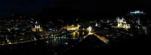 Panorama della città in notturna