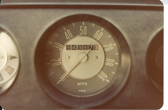 https://upload.wikimedia.org/wikipedia/commons/thumb/b/bb/1971_volkswagen_campermobile_middle_cluster.jpg/640px-1971_volkswagen_campermobile_middle_cluster.jpg
