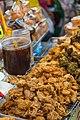 2016 Bangkok, Dystrykt Samphanthawong, Ulica Yaowarat, Uliczne jedzenie (02).jpg