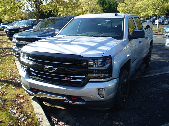 https://upload.wikimedia.org/wikipedia/commons/thumb/b/bb/2017_silverado_ltz_z71_1500_crew_cab_short_box_redline_edition_%28observe%29.jpg/640px-2017_silverado_ltz_z71_1500_crew_cab_short_box_redline_edition_%28observe%29.jpg