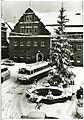 29963-Pulsnitz-1971-72-Markt mit Rathaus und Ratskeller - Winterbild-Brück & Sohn Kunstverlag.jpg