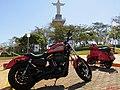 6ª edição do Encontro de Veículos Antigos de Sertãozinho, pela primeira vez realizada no Parque do Cristo. Dois clássicos das motos, a Harley-Davidson 883R (Roadster) e a Vespa.PX 200 E (Ignição - panoramio.jpg