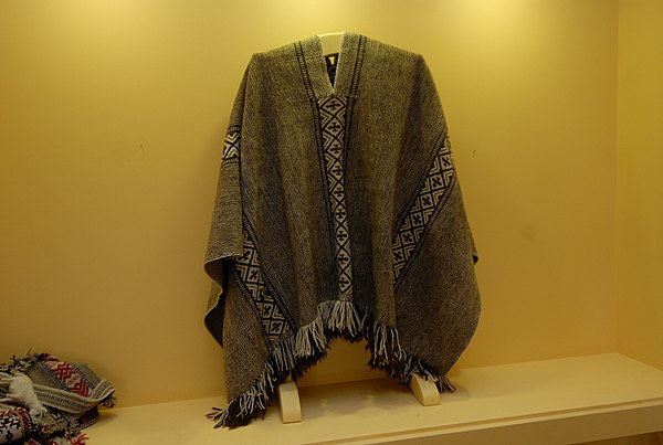 Traditional Mapuche poncho exhibited in Museo Artesania Chilena. Artesania Chilena - Manta Mapuche.jpg
