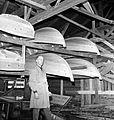 Båter på hyller på Båtbyggerskolen på Rognan.jpg