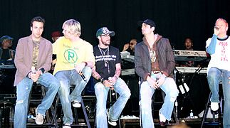 Photographie des Backstreet Boys en concert en 2005.
