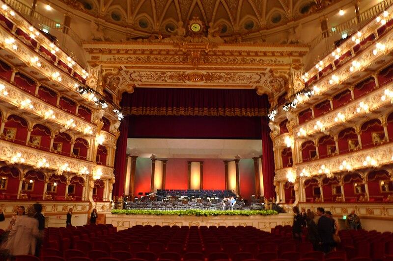 http://upload.wikimedia.org/wikipedia/commons/thumb/b/bb/Bari_Teatro_Petruzzelli_2008_Interno.jpg/800px-Bari_Teatro_Petruzzelli_2008_Interno.jpg