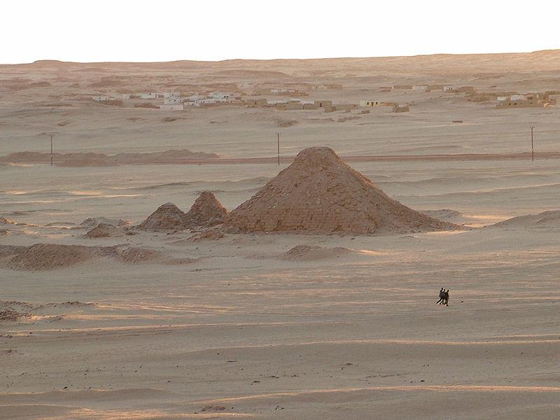 جبل البركل  في السودان 800px-Barkal_pyramid