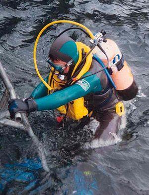 Buoyancy compensator (diving) - Diver wearing an adjustable buoyancy life jacket