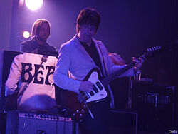 Gem Archer (in primo piano) nel 2011 con i Beady Eye