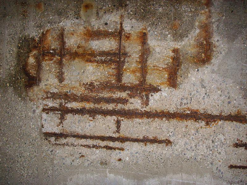 File:Betonkorrosion unter Autobahnbruecke (02).JPG