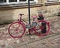 Bicyclette fushia à Bayeux.jpg