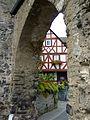 Braunfels - Fachwerkhaus durch ein Tor gesehen.jpg