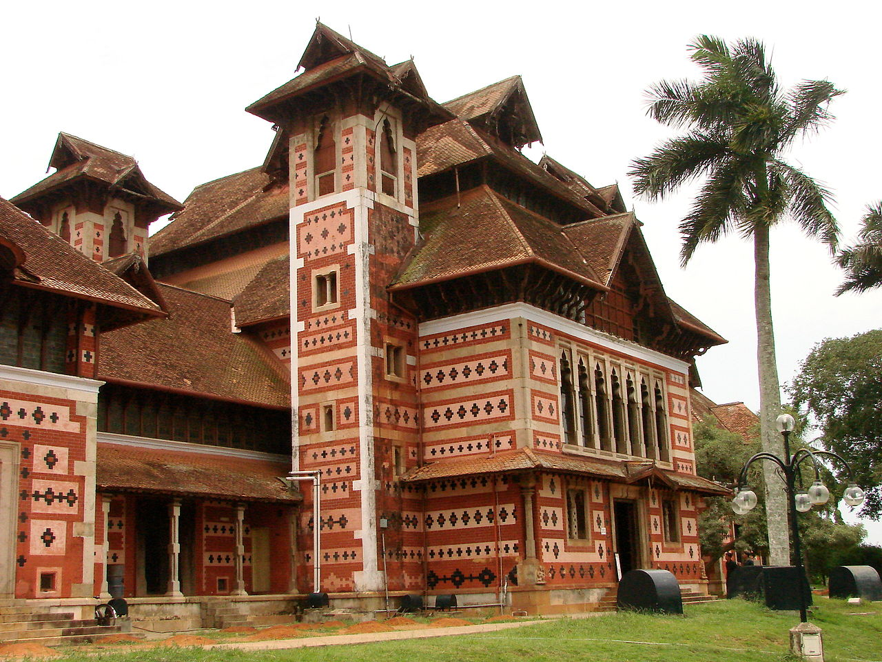 File:British Colonial Architecture on Zoo Grounds ...