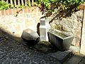 Brunnen Milchkannen Hainwald Görlitz.JPG
