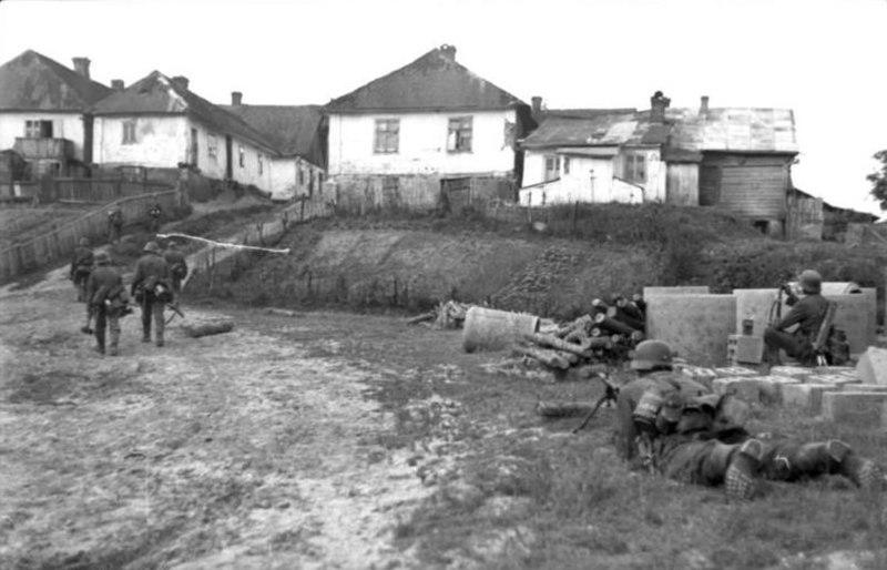 Bundesarchiv Bild 101I-020-1262-11, Russland-Süd, deutsche Soldaten vor Ortschaft