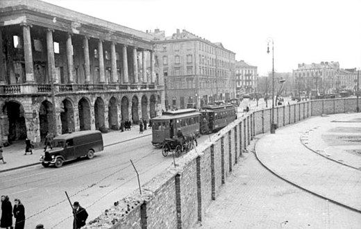Wall of the Warsaw ghetto dividing Iron-Gate Square, 24 May 1941; Lubomirski Palace (left) is outside the ghetto. Bundesarchiv Bild 101I-134-0791-29A, Polen, Ghetto Warschau, Ghettomauer.jpg
