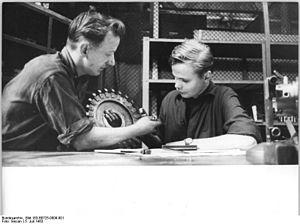 Bundesarchiv Bild 183-B0725-0009-001, Magdeburg, Praktikum finnischer Oberschüler.jpg
