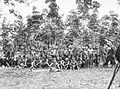 COLLECTIE TROPENMUSEUM Een groep Batang Loepar Dajaks tijdens het bezoek van Gouverneur-Generaal J.P. Graaf van Limburg Stirum aan Borneo TMnr 60018481.jpg