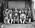 COLLECTIE TROPENMUSEUM Groepsportret met de gezant van Buton Sulawesi TMnr 10020643.jpg