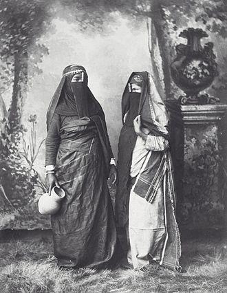Hippolyte Arnoux - Image: COLLECTIE TROPENMUSEUM Studioportret van twee gesluierde vrouwen T Mnr 60039423