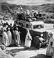 COLLECTIE TROPENMUSEUM Volgeladen lijnbus in de Hoge Atlas bestemming Marrakech TMnr 10028625.jpg