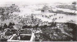 The capture of the southern gate of Tianjin. British troops were positioned on the left, Japanese troops at the centre, French troops on the right.