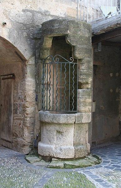 Caux (Hérault) - Puits (XVe siècle) dans la cour de la maison natale du général Causse.