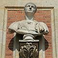 Château de Versailles, cour de marbre, buste de Trajan, Vdse 85 03.jpg