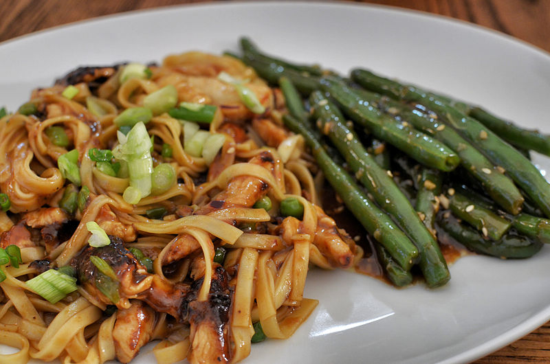 File:Chicken lo mein and garlic green beans (16722408968).jpg