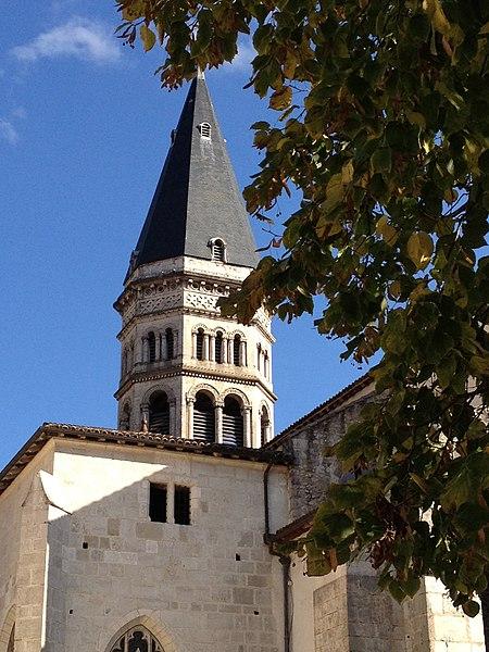 Clocher de l'église abbatiale Saint-Michel de Nantua, vue du parvis