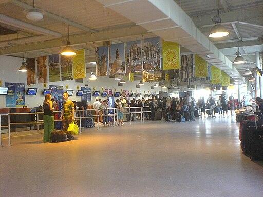 Cola en los mostradores de facturación del aeropuerto París Beauvais Tillé