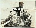 Collectie Nationaal Museum van Wereldculturen TM-60062367 Vracht wordt uit een boot op de kade gebracht Martinique fotograaf niet bekend.jpg