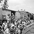 Controle op wapens van Indonesische treinreizigers door Nederlandse militairen, Bestanddeelnr 255-6836.jpg