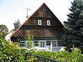 Dům podkrkonošské lidové architektury ve Žďáru u Staré Paky.JPG