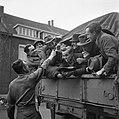 De bevolking van Roermond keert naar huis terug op Amerikaanse legertrucks, Bestanddeelnr 900-2277.jpg