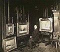 De schilder Louis Apol in zijn atelier, gefotografeerd door Sigmund Löw in 1903.jpg