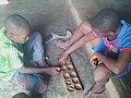 Deux enfants jouent awalé.jpg