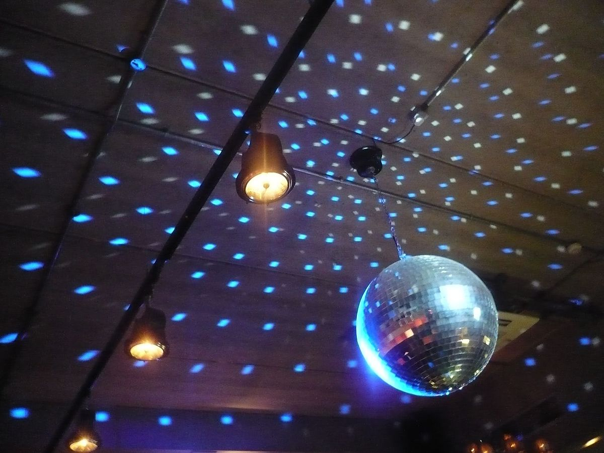 Bola de espejos wikipedia la enciclopedia libre - Bola de discoteca de colores ...